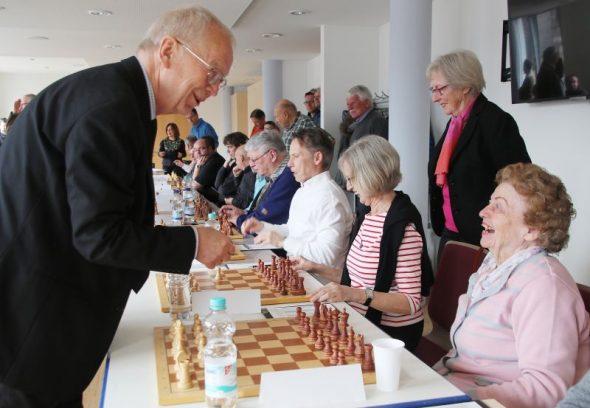 """Bürgermeister geht Großmeister """"an die Gurgel"""""""